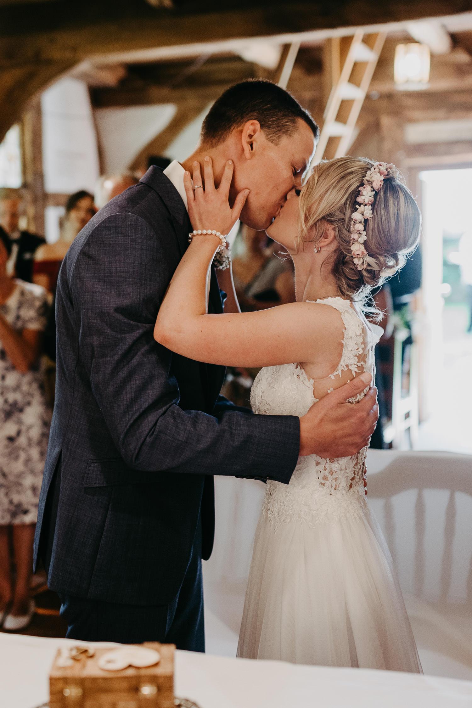 Hochzeitskuss in der Hirtenkapelle im gastlichen Dorf Delbrück