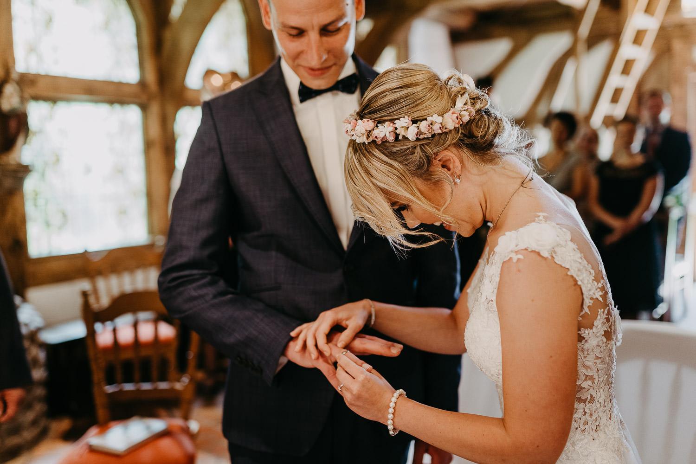 Brautpaar tauscht Ringe in der Hirtenkapelle