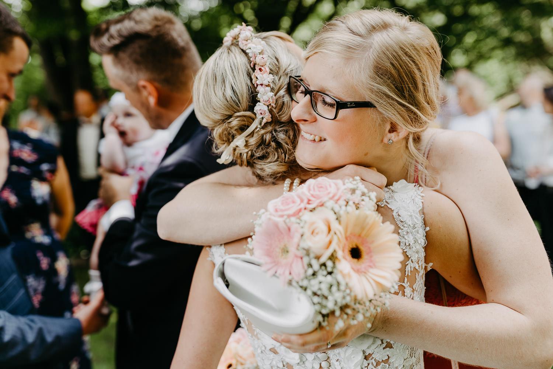 Freundin gratuliert der Braut