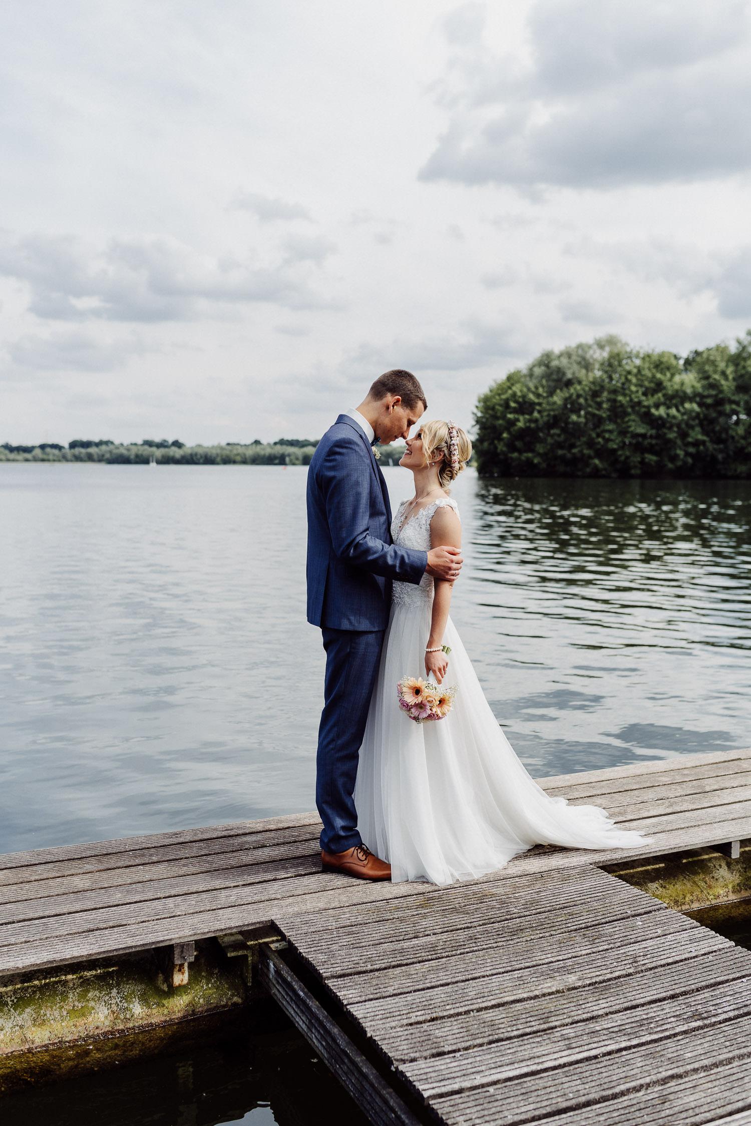 Hochzeitspaar auf Bootssteg am Lippesee