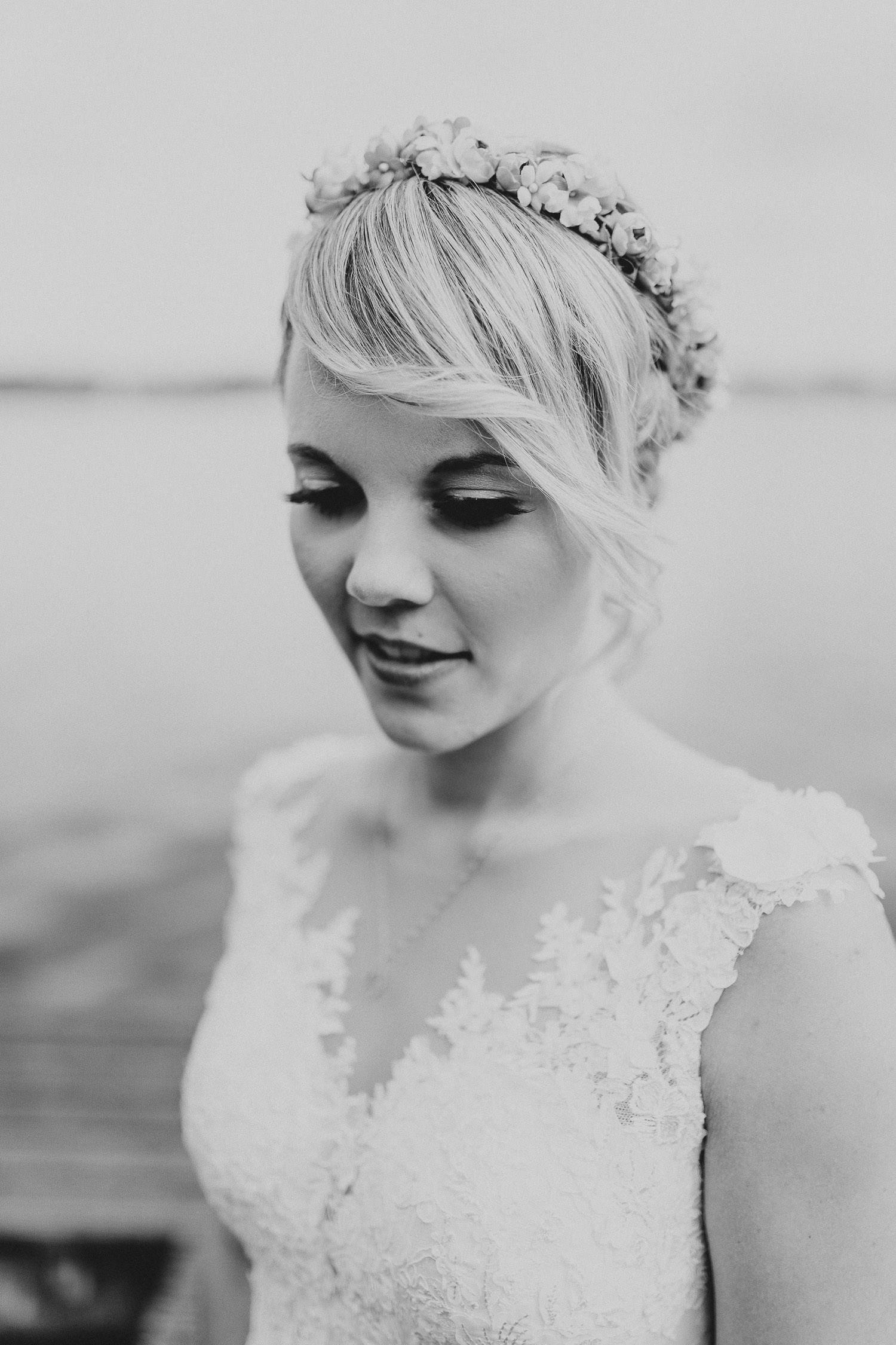 Braut Portrait schwarz weiß am See