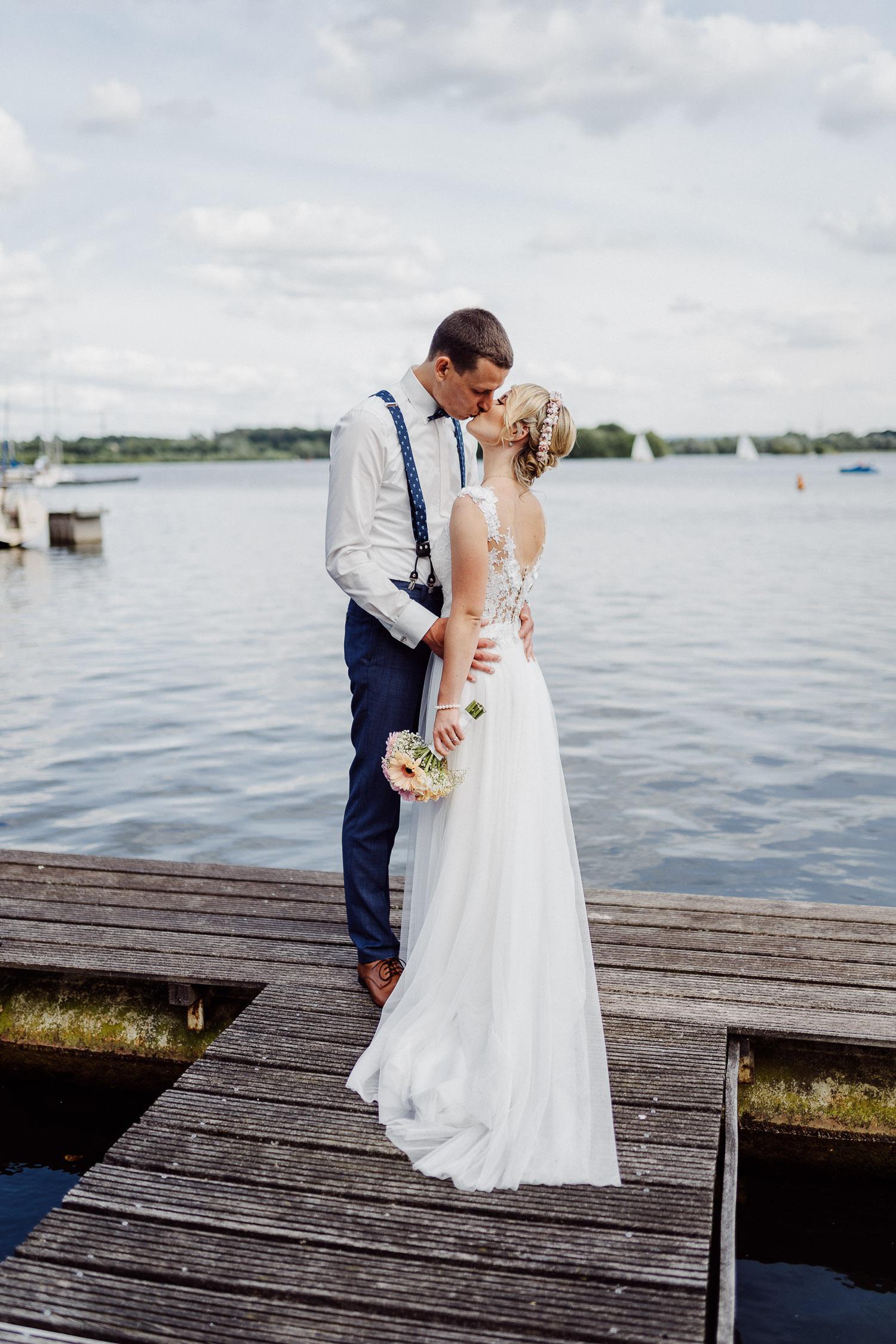 Brautpaar küßt sich auf Bootssteg