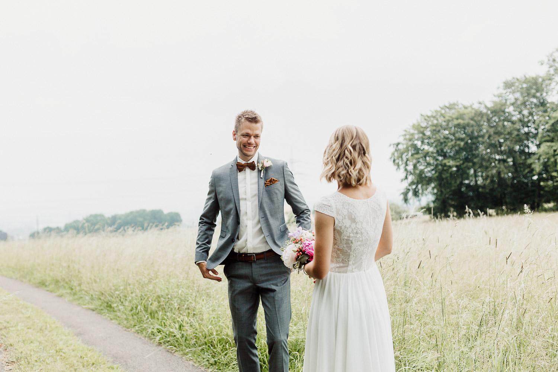 Bräutigam dreht sich zu Braut um