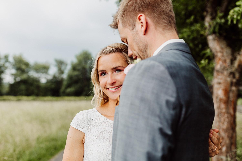 Braut schaut an Bräutigam vorbei