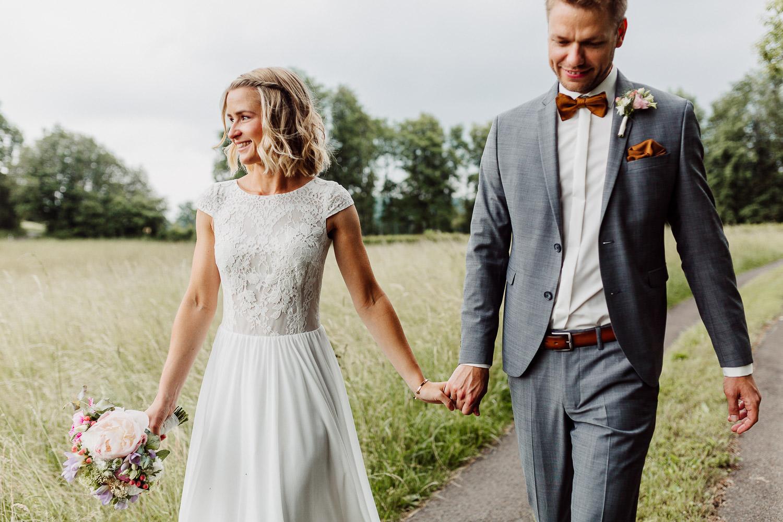 Brautpaar geht Hand in Hand