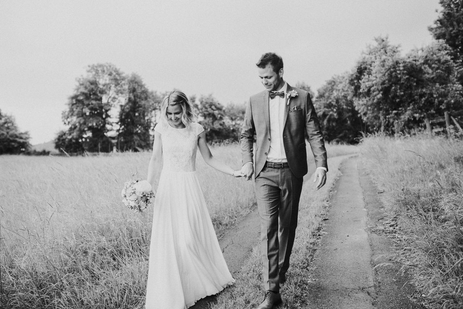 Brautpaar auf Feldweg