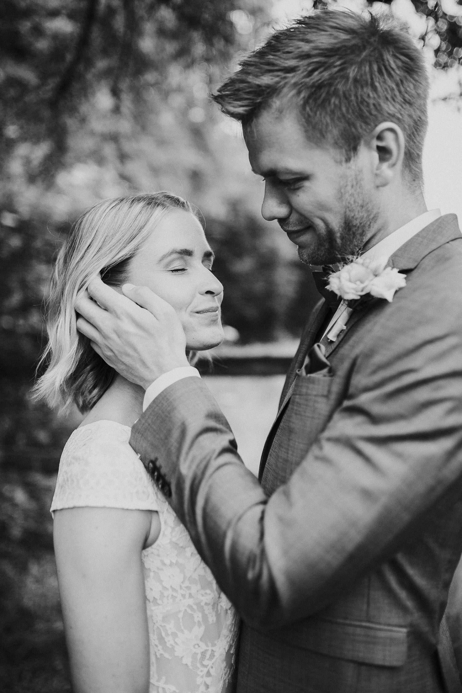 Bräutigam streicht Braut durchs Haar