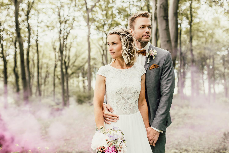 Hochzeitsfoto mit Rauchbombe im Wald