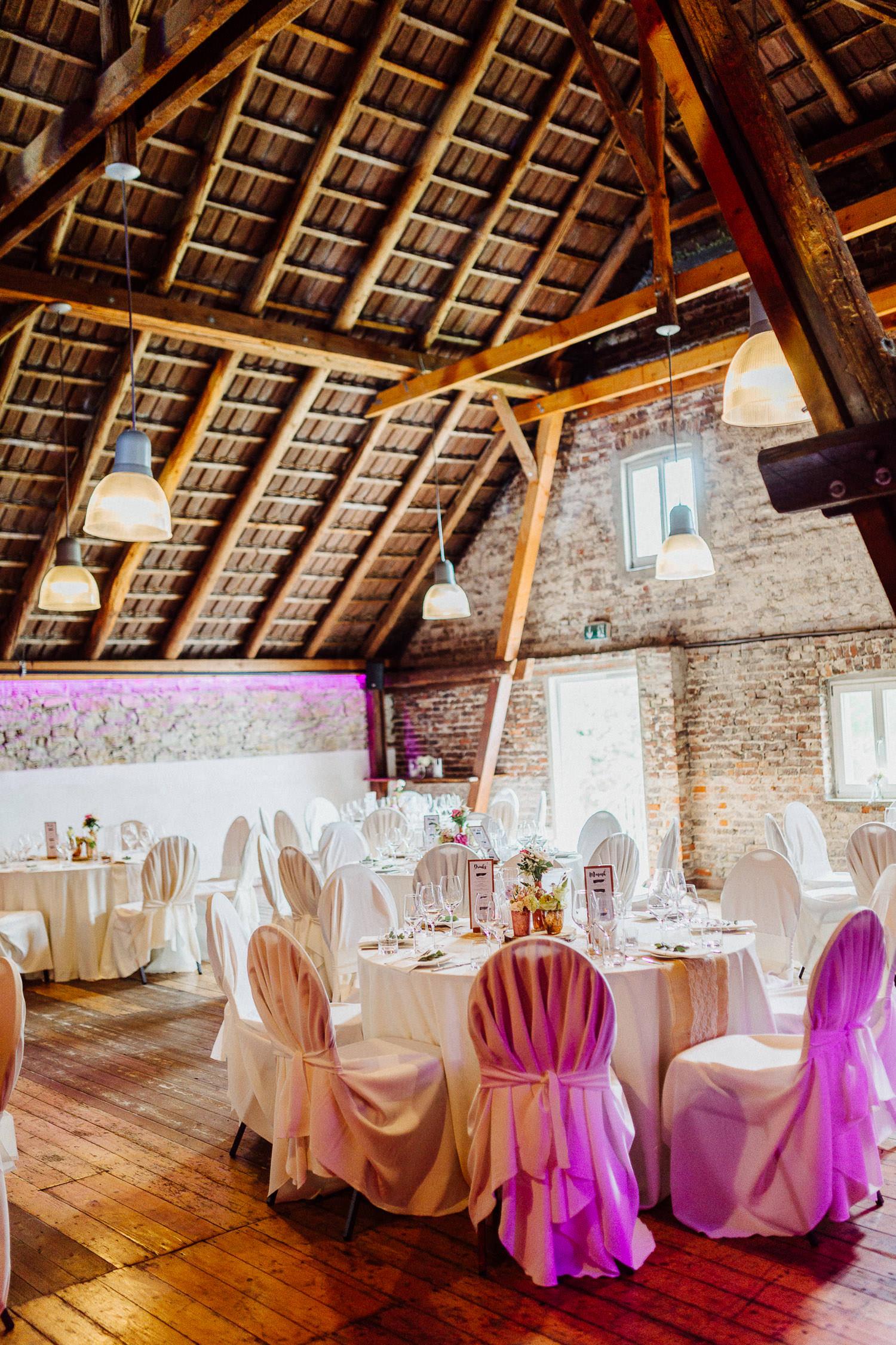 Tische in der Scheune bei Hochzeit auf Hof Steffen Bielefeld