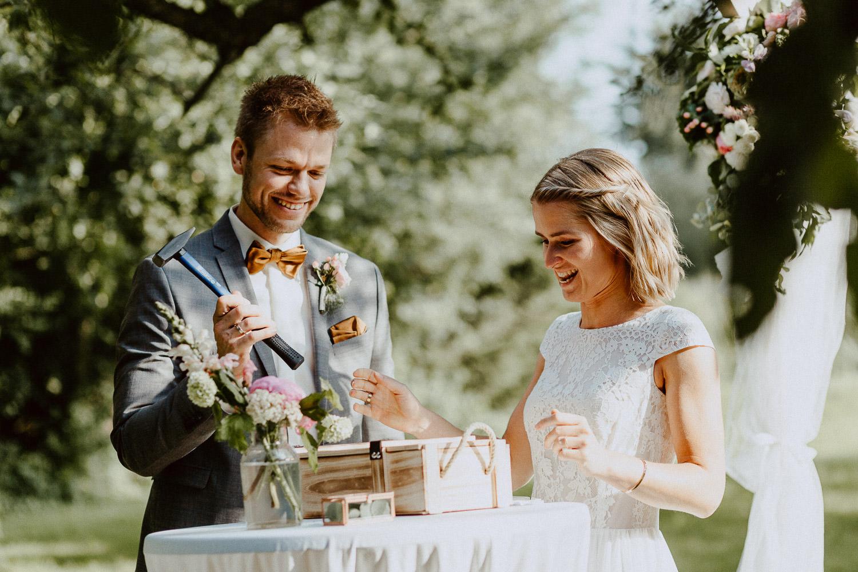Brautpaar beim Holzkisten Ritual