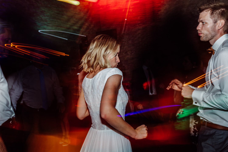 Brautpaar tanzt bei Party im Hof Steffen