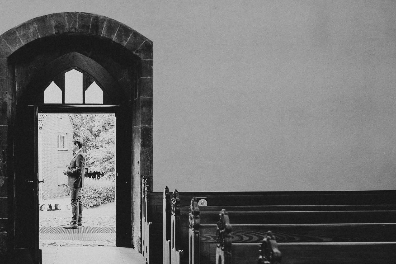 Bräutigam wartet vor der Neustäster Marienkirche
