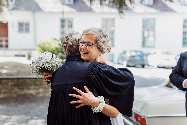 Braut trifft an der Kirche ein