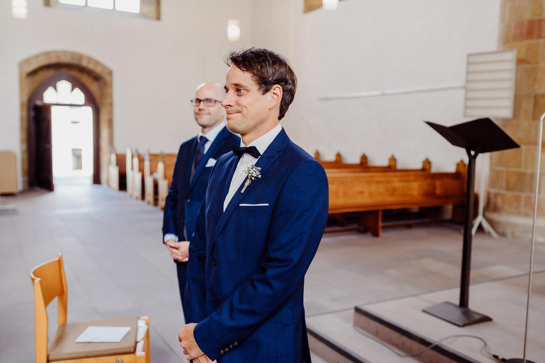 Bräutigam beim Einzug der Braut