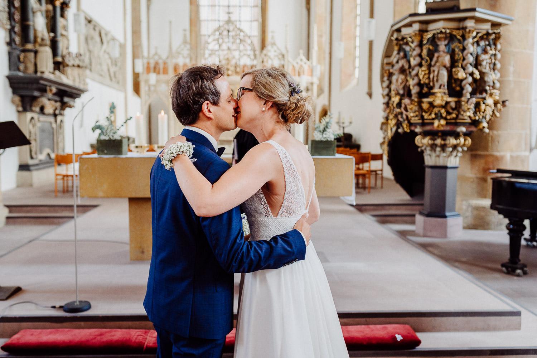 Brautpaar küsst sich in der Neustädter Marienkirche in Bielefeld
