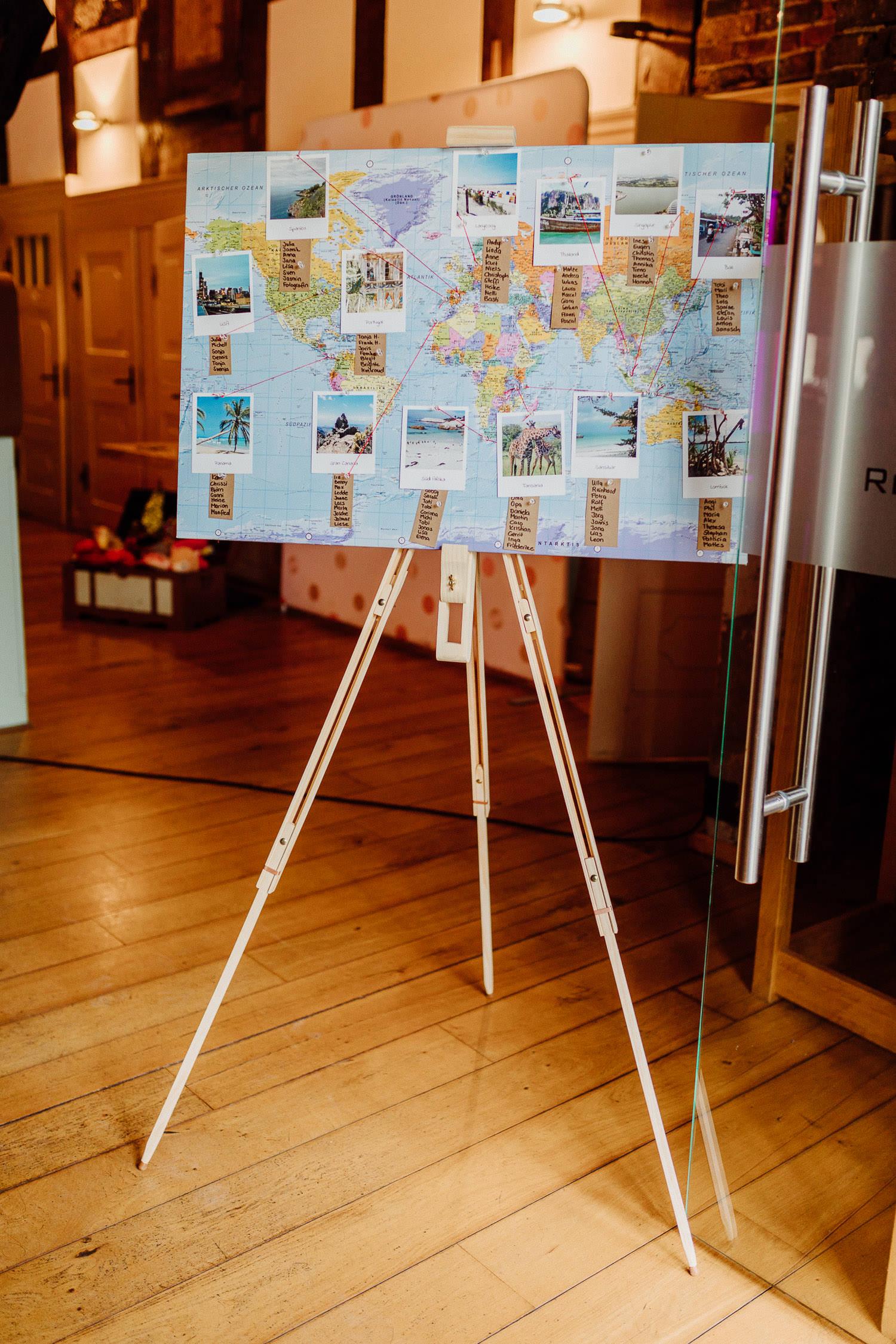 Tischplan als Weltkarte