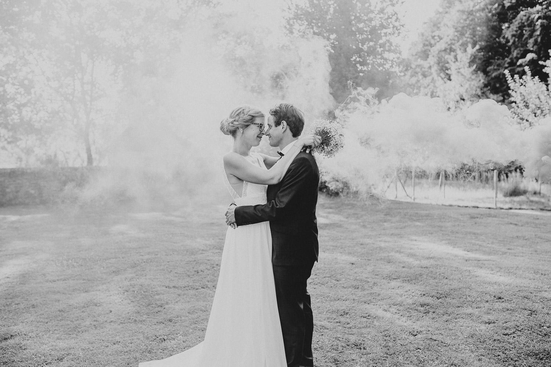 Hochzeitsfoto mit Rauchbombe in schwarz weiß
