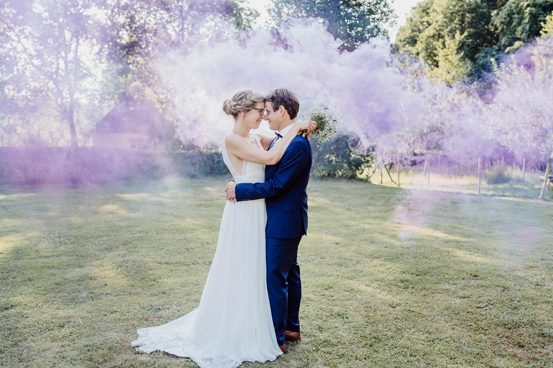 Hochzeitsfoto mit lila Rauchbombe