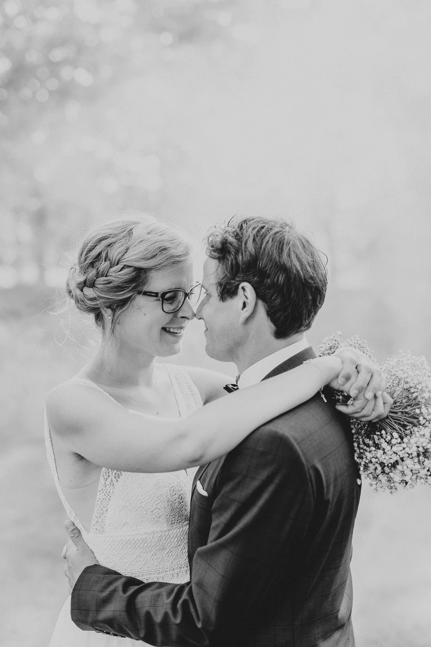 Brautpaar in schwarz weiß Spargelhof von Laer