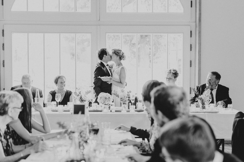 Brautpaar küßt sich auf dem Hof von Laer