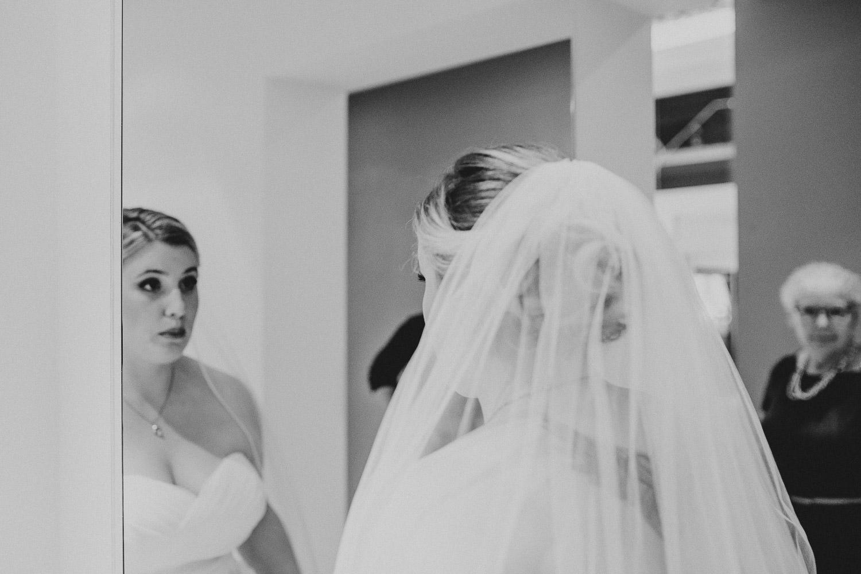 Braut schaut in den Spiegel