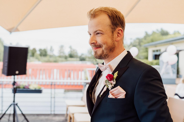 Bräutigam wartet auf seine  raut im Lind am See