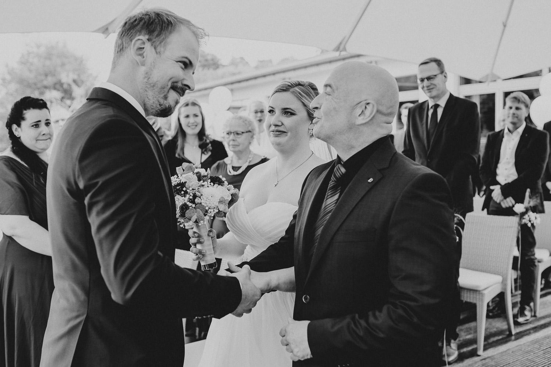 Vater übergibt Braut dem Bräutigam