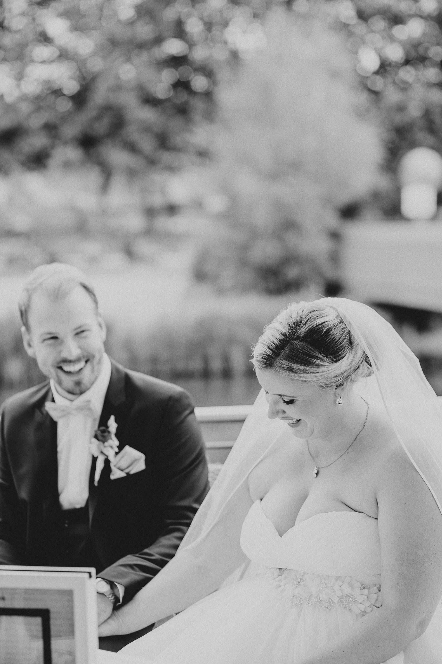 Brautpaar lacht bei der Trauung