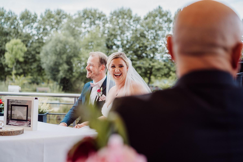 Braut lacht ihren Brautvater an