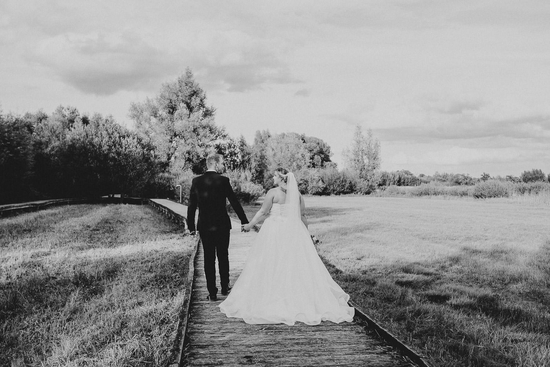 Brautpaar geht Hand in Hand duchr den Gartenschaupark Rietberg