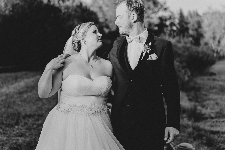 Hochzeitsfoto in Schwarz weiß im Gartenschaupark Rietberg