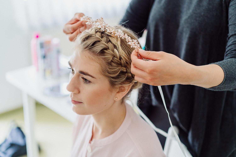 Braut bekommt Haarschmuck angelegt