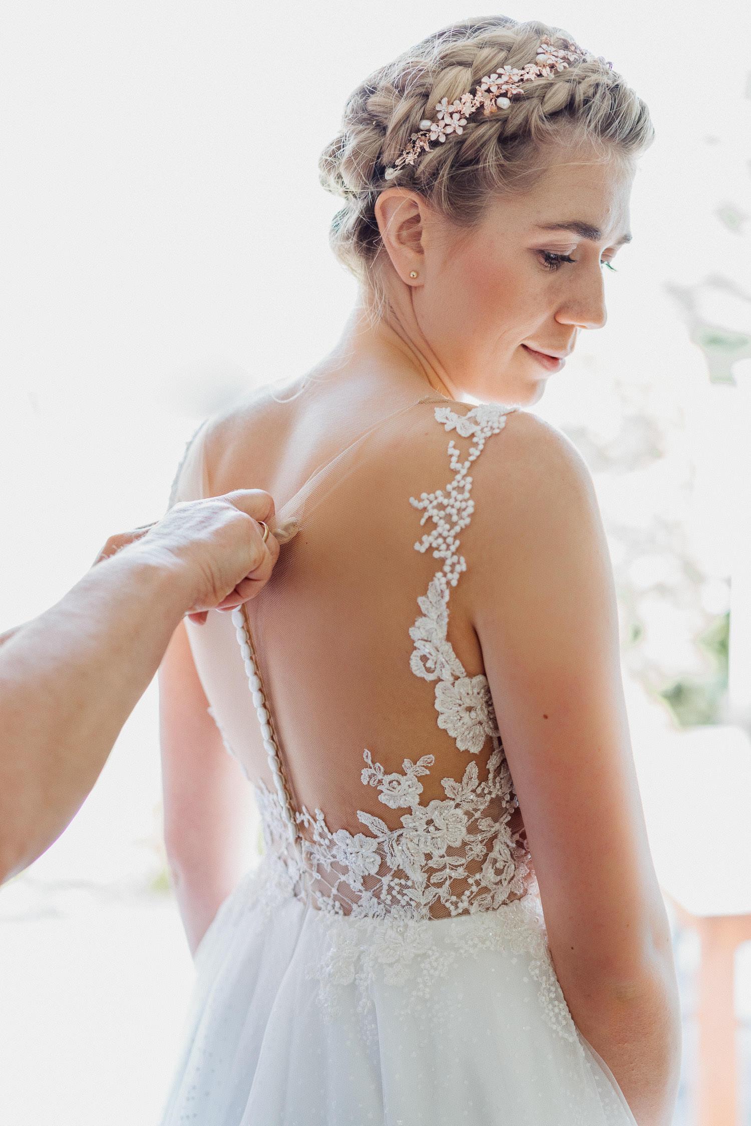 Braut zieht das Hochzeitskleid an