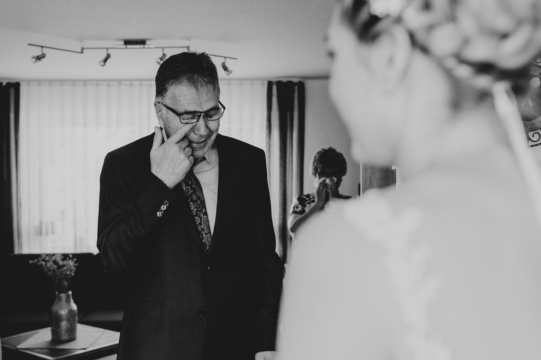 Brautvater ist zu Tränen gerührt