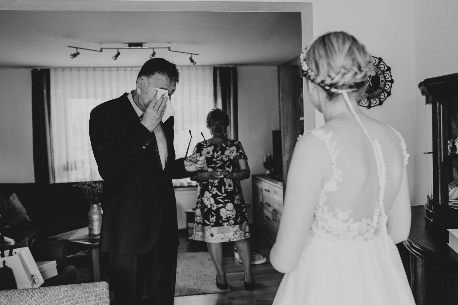 Vater der Braut weint bei First Look Shooting