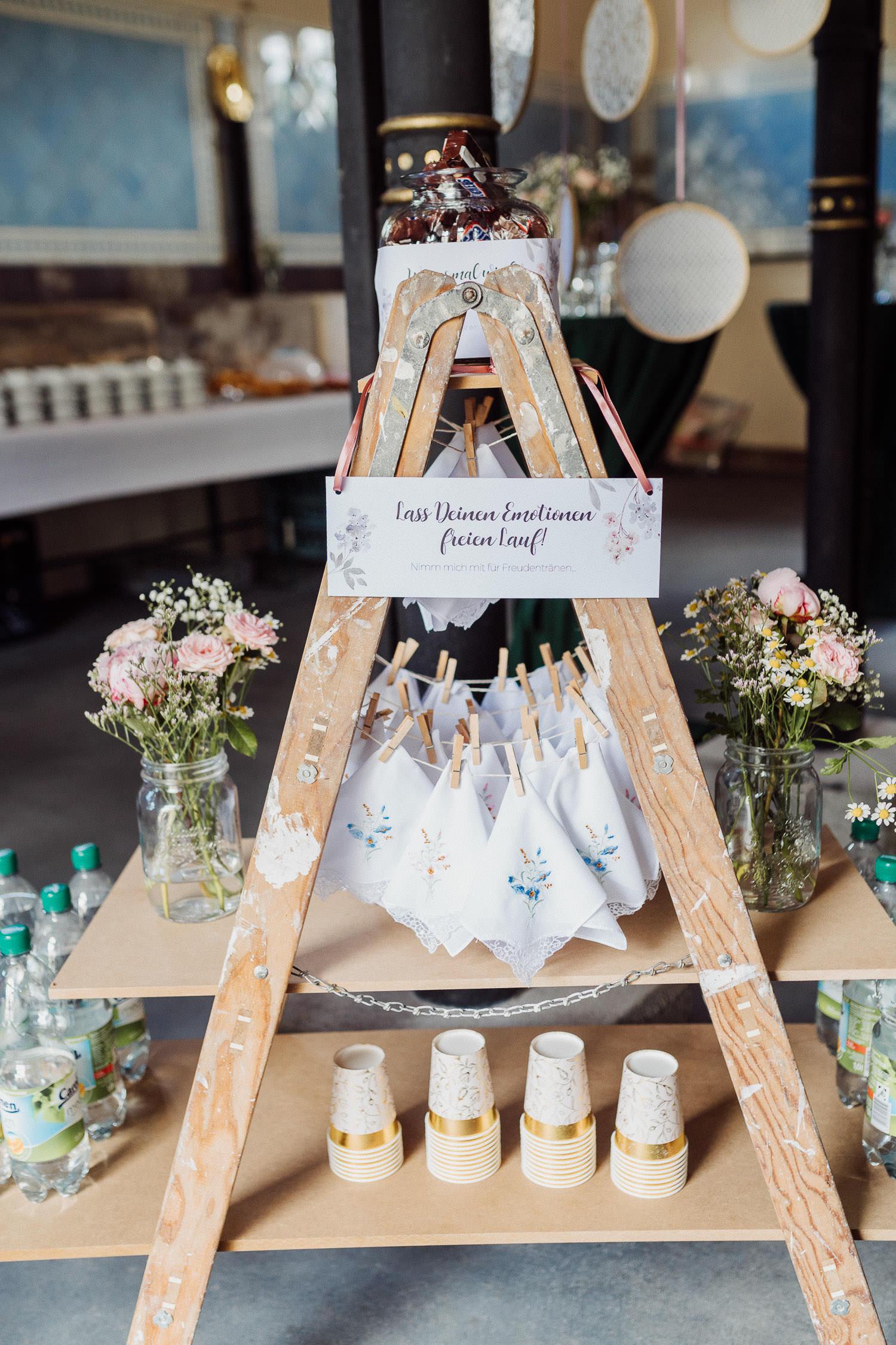 Hochzeitsdekoration alte bestickte Taschentücher