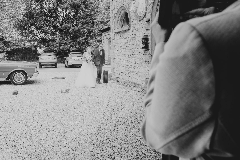 Braut zieht gemeinsam mit ihrem Vater in die Remise Niederbarkhausen ein