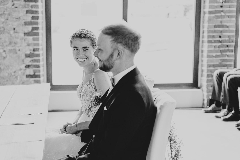 Braut schaut Bräutigam bei der Trauung verliebt an