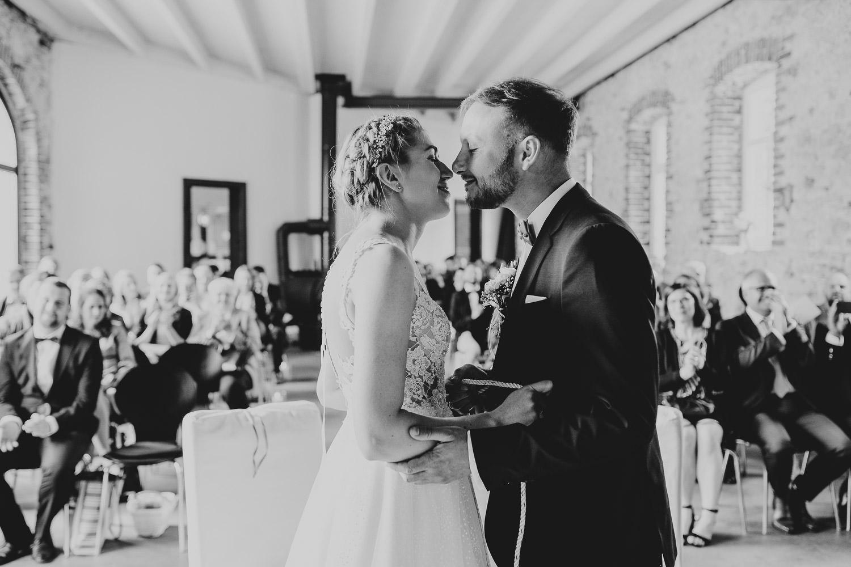 Brautpaar küsst sich in der Remise Niederbarkhausen