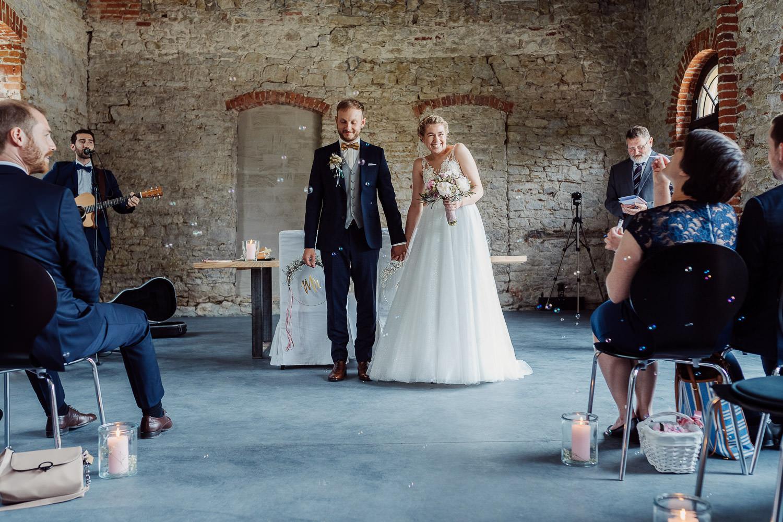 Brautpaar zieht aus der Remise iederbarkhausen aus