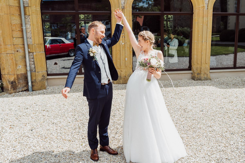 Brautpaar zieht aus der Remise Niederbarkhausen aus