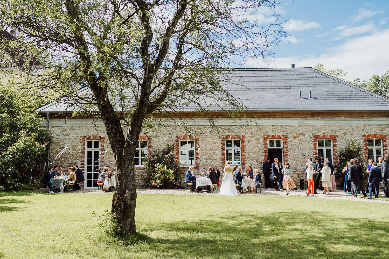 Hochzeitsgesellschaft feiert im Garten der Remise Niederbarkhausen Bielefeld