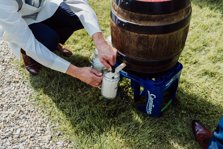 Bräutigam zapft Bier