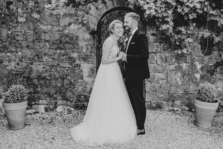Natürliches Hochzeitsfoto in schwarz weiß