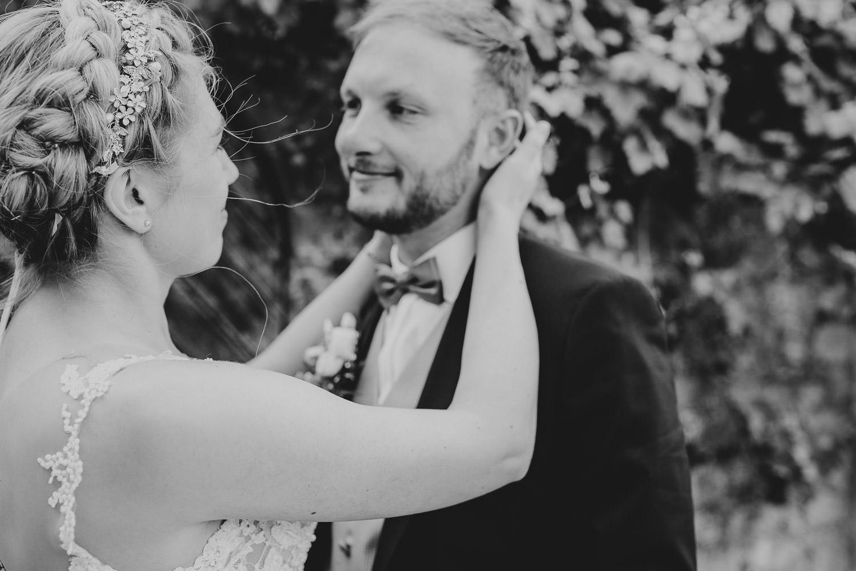 Braut schaut Bräutigam in die Augen