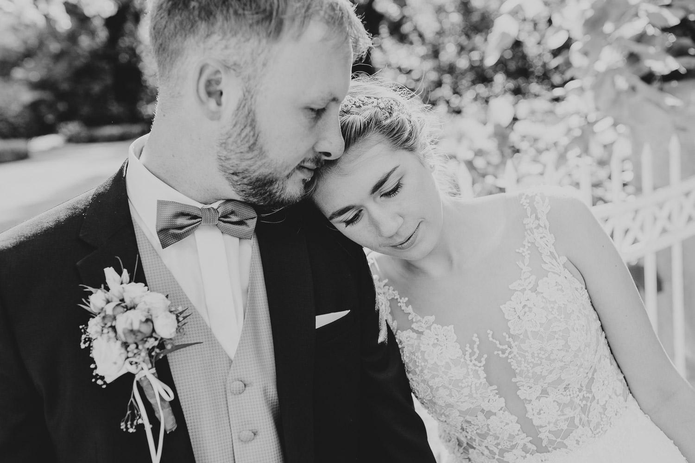 Braut lehnt sich an die Schulter des Mannes, emotionales Hochzeitsfoto