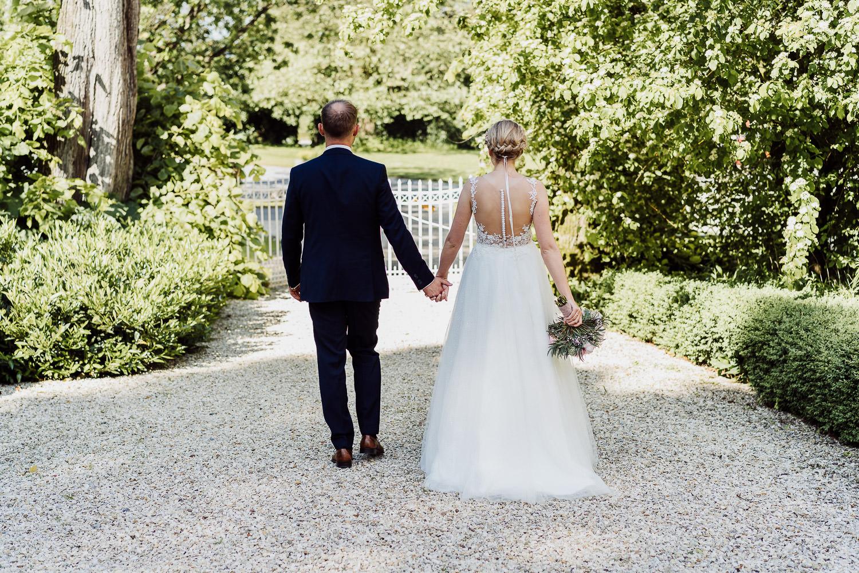 Brautpaar geht Weg entlang an der Remise Niederbarkhausen
