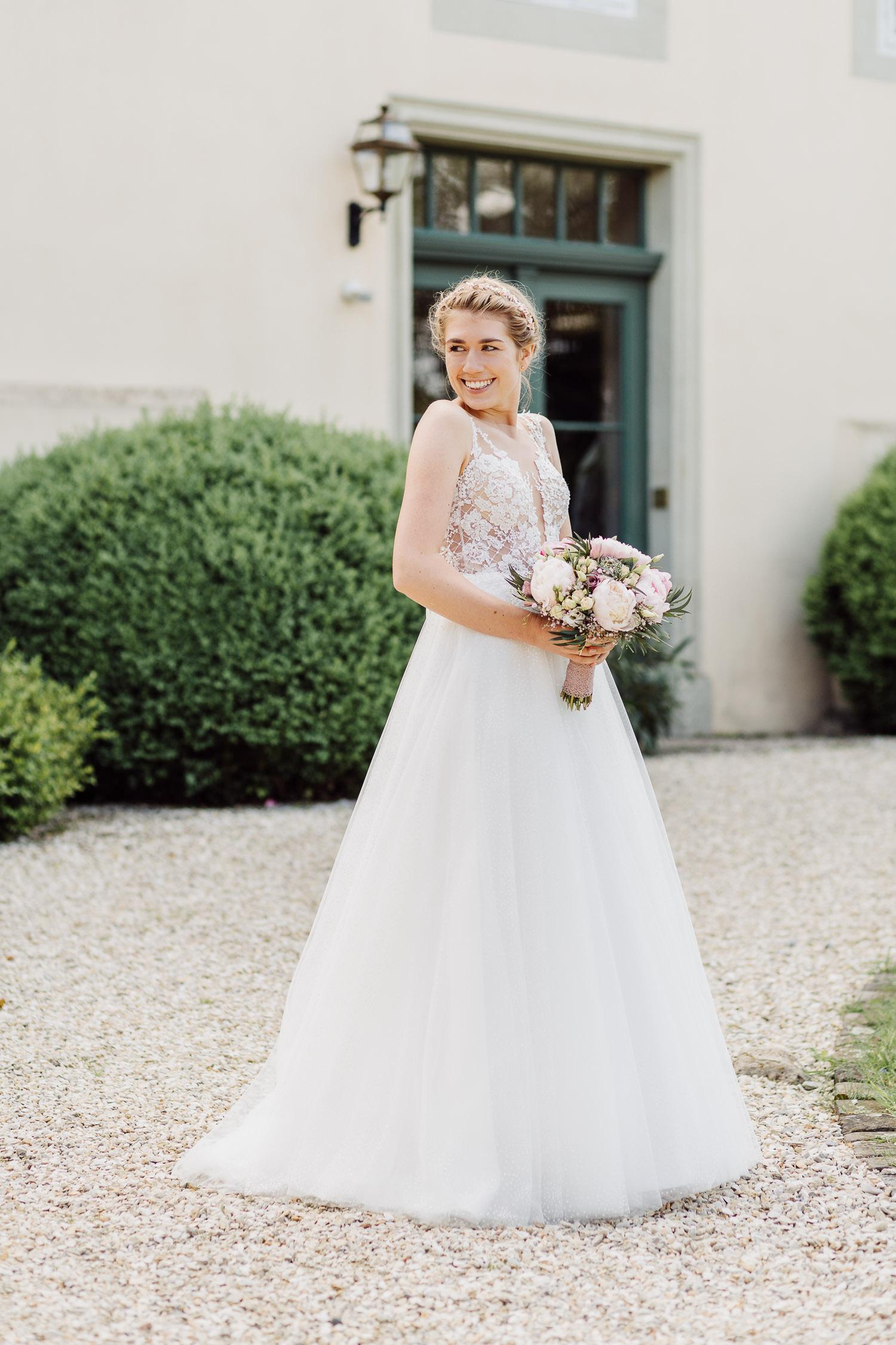 Porträtfoto Braut im wunderschönen Hochzeitskleid
