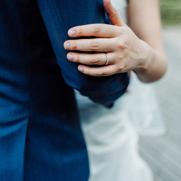 Hochzeitspaar umarmt sich Hochzeitsring