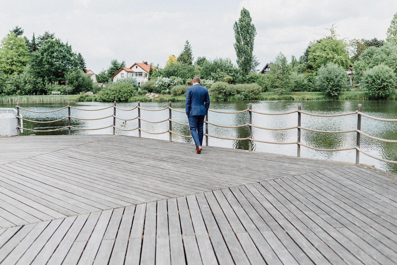 Bräutigam wartet auf Braut am Emssee Rheda Wiedenbrück